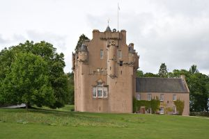 2560px-Crathes_Castle